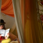 Leserin im Kokon